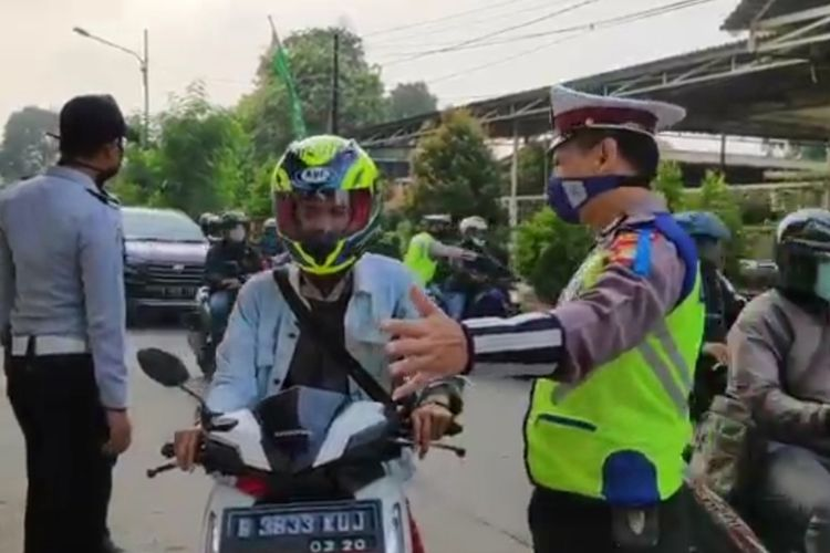 Pengawasan arus lalu lintas penerapan PSBB DKI Jakarta di Jalan Raya Kalimalang, Jakarta Timur, Senin (13/4/2020).