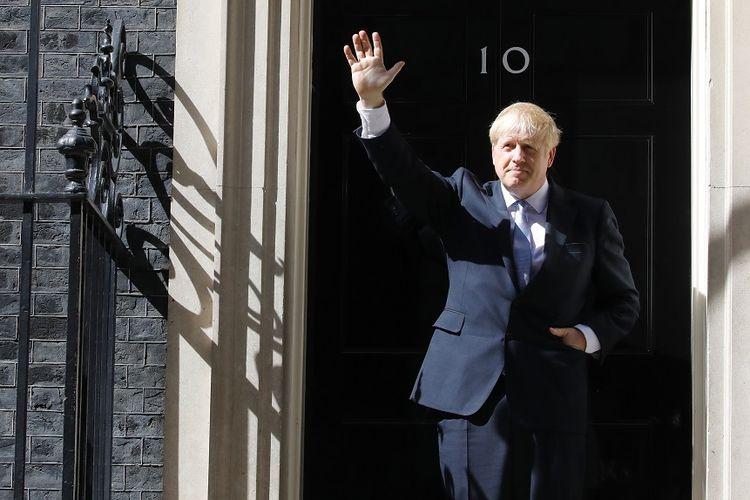 Perdana Menteri Inggris Boris Johnson di depan kantor sekaligus rumah dinasnya di 10 Downing Street, London.
