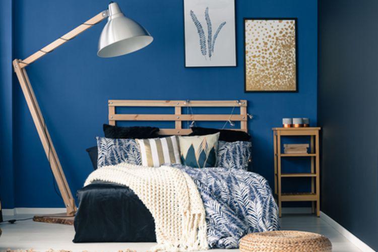 Ilustrasi kamar dengan warna dinding biru.