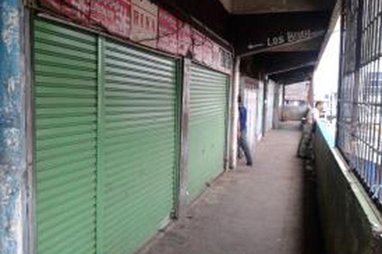Deretan kios-kios kosong di lantai dua Gedung Blok B Pasar Minggu, Jakarta Selatan, Kamis (18/7/2013). Karena tak berpenghuni, tempat ini menjadi tempat buang air kecil sejumlah warga.