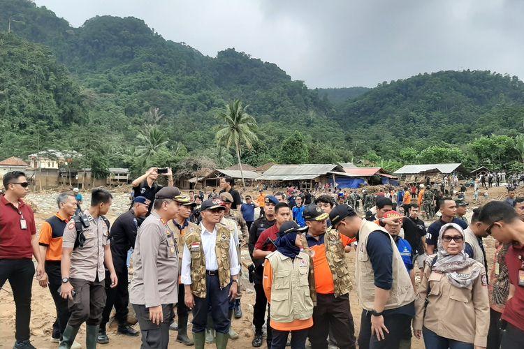 Kepala BNPB Doni Munardo dan Menko PMK Muhadjir Effendy saat meninjau lokasi banjir bandang di Kecamatan Lebakgedong, Kabupaten Lebak, Sabtu (4/1/2020).