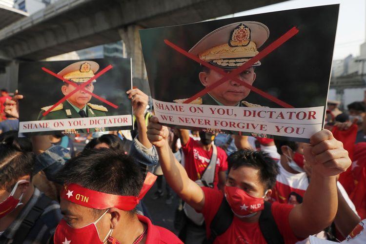 Warga Myanmar di Thailand berdemo dengan membawa poster Jenderal Min Aung Hlaing, dalam unjuk rasa di depan Kedutaan Besar Myanmar di Bangkok, Thailand, pada Senin (1/2/2021).