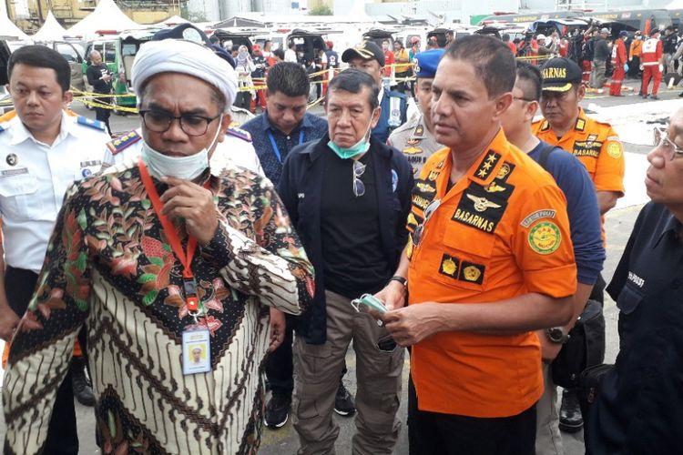 Tenaga Ahli Kedeputian IV Kantor Staf Kepresidenan Ali Mochtar Ngabalin berbincang dengan Kepala Badan SAR Nasional Marsekal Madya M Syaugi di Dermaga JICT 2 Pelabuhan Tanjung Priok, Senin (5/11/2018).