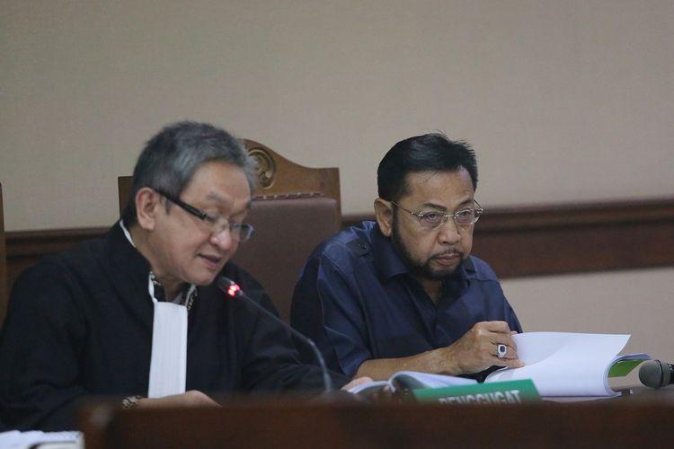 Terpidana kasus korupsi pengadaan KTP Elektronik Setya Novanto (kanan) didampingi penasehat hukumnya mengikuti sidang pengajuan permohonan peninjauan kembali (PK) ke Mahkamah Agung (MA) di Pengadilan Negeri Jakarta Pusat, Jakarta, Rabu (28/8/2019). Setya Novanto mengajukan upaya hukum luar biasa yakni PK ke MA dalam putusan perkara korupsi proyek pengadaan KTP Elektronik. ANTARA FOTO/Reno Esnir/wsj.