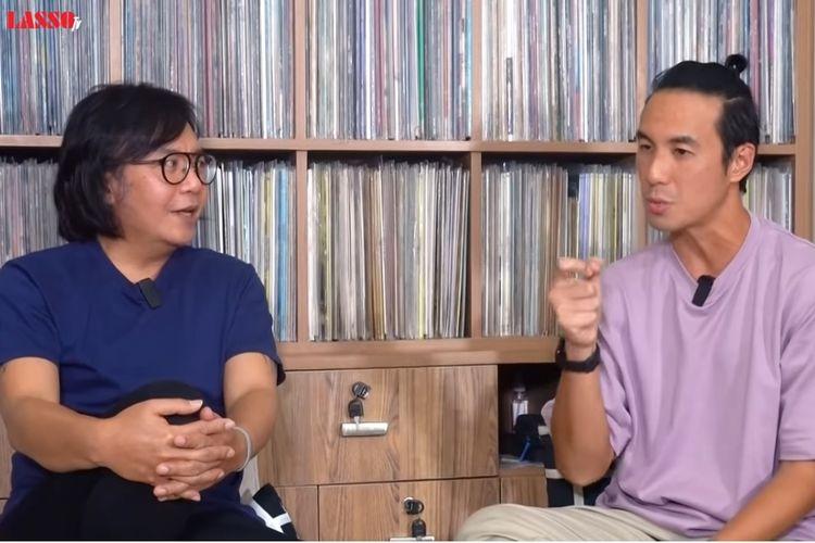 Pembawa acara Daniel Mananta (kanan) berbincang dengan penyanyi Ari Lasso di kanal YouTube Ari Lasso TV.
