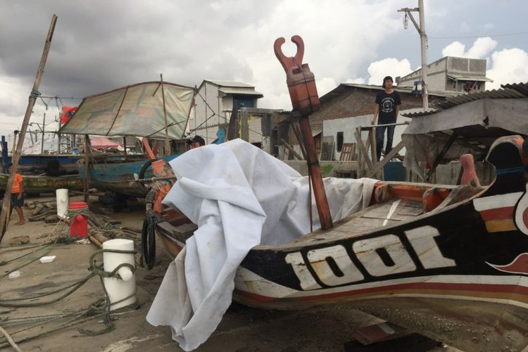 Sebuah kapal terlihat berada di atas parapet tanggul Tambak Lorok Kota Semarang.