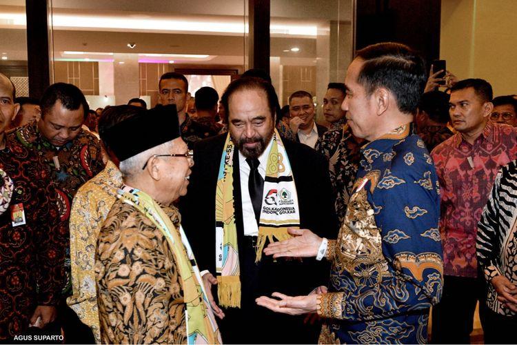 Presiden Joko Widodo berinteraksi dengan Ketua Umum Partai Nasdem Surya Paloh di acara Golkar, Rabu (6/11/2019).
