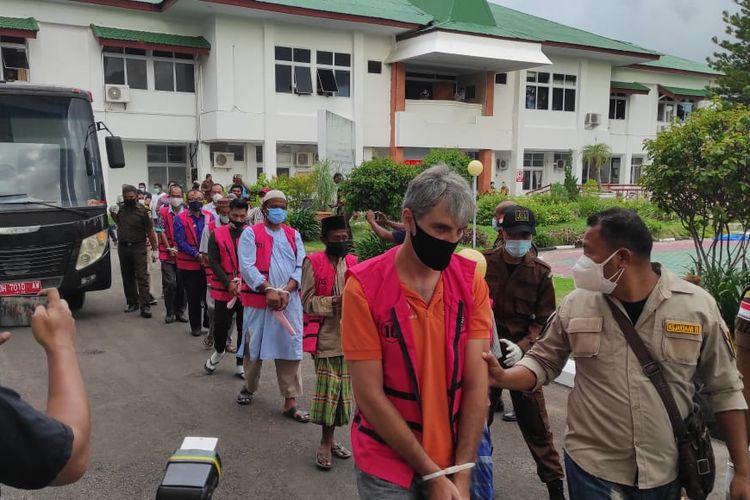 Tersangka M, warga Italia saat digiring ke Kejaksaan Tinggi Nusa Tenggara Timur, Kamis (14/1/2021)