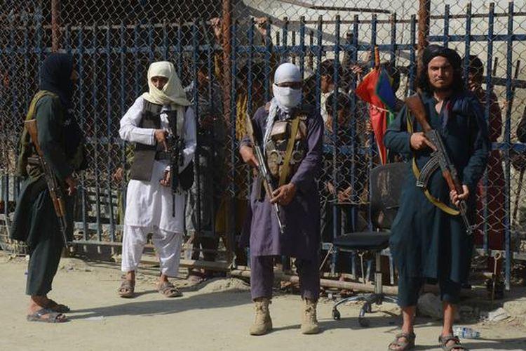Taliban berjaga-jaga di pintu perbatasan Pakistan, di Torkham, 21 Agustus 2021.