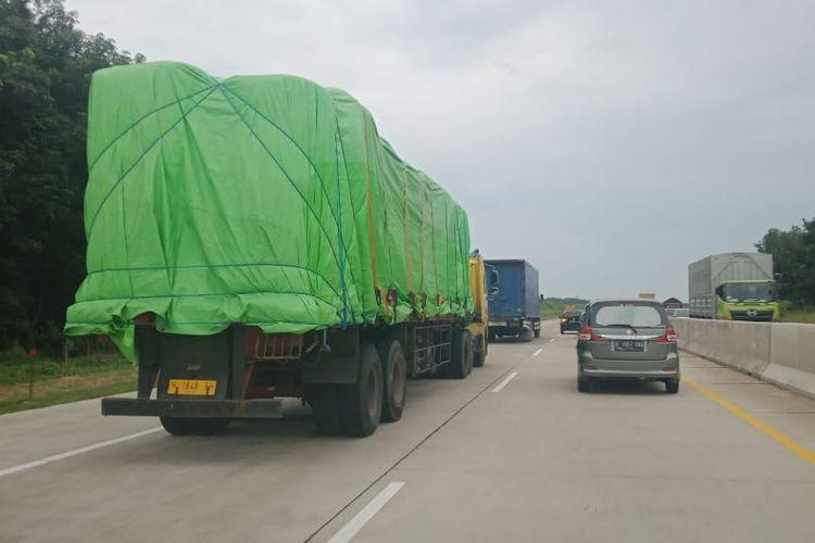 Kendaraan ODOL melinats di jalan Tol Cikampek-Palimanan