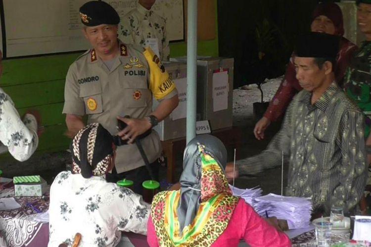 Kapolda Jateng Irjen Pol Condro Kirono memantau TPS Pilkada Jateng 2018 di Desa Ngargosoka, Kecamatan Srumbung, Kabupaten Magelang, Rabu (27/6/2018).