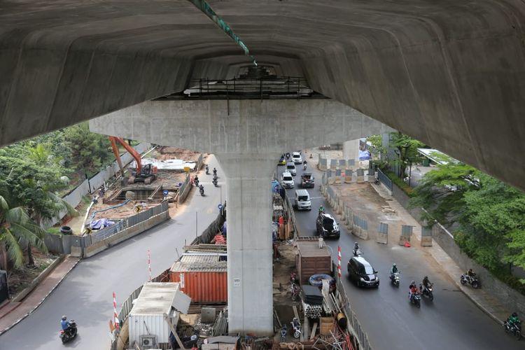 Pelaksanaan pekerjaan tol ini lebih kompleks dibanding Tol Layang Jakarta-Cikampek karena harus menyesuaikan dengan kondisi lalu lintas yang padat dan prinsip kehati-hatian.