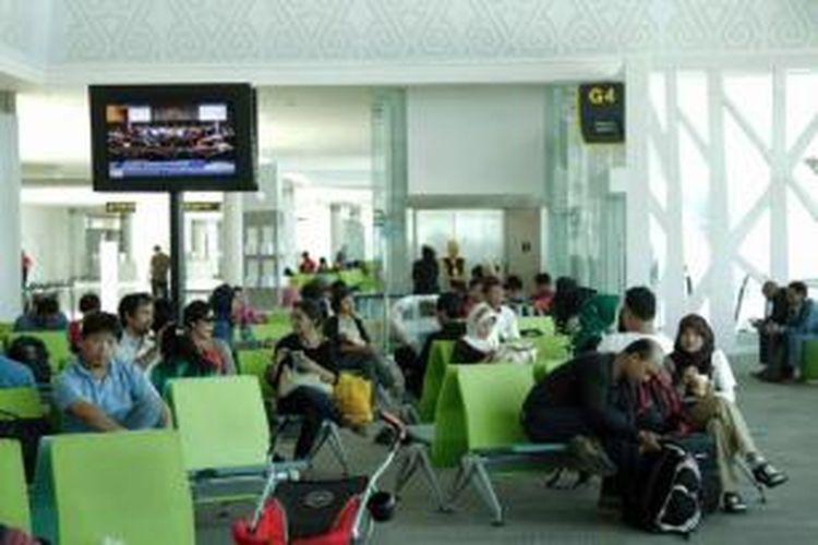 Calon penumpang menunggu di terminal baru Bandara Sepinggan Balikpapan, Kalimantan Timur, Rabu (13/8/2014). Terminal yang dibangun dengan investasi sebesar Rp 2 triliun dan memiliki luas 110.000 meter persegi ini mampu menampung 10 juta penumpang per tahun.