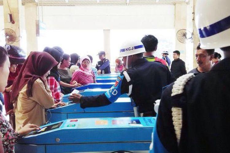 Para penumpang bergantian melakukan tapping di gate stasiun Tanah Abang, Jumat (19/6/2015) pagi.