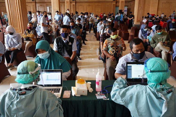 Petugas mendata peserta vaksin COVID-19 saat saat vaksinasi COVID-19 massal Aparatur Sipin Negara (ASN) di Sleman City Hall, Sleman, D.I Yogyakarta, Selasa (9/3/2021). Pemda Sleman menargetkan vaksinasi COVID-19 massal untuk sekitar 3.000 ASN kana selesai pada Rabu (10/3/2021). ANTARA FOTO/Andreas Fitri Atmoko/hp.