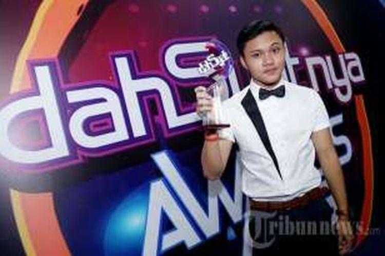Penyanyi Rizky Febian meraih penghargaaan Pendatang Baru Terdahsyat pada ajang Dahsyatnya Awards 2016 di Istora Senayan, Jakarta Pusat, Senin (25/1/2016) malam.