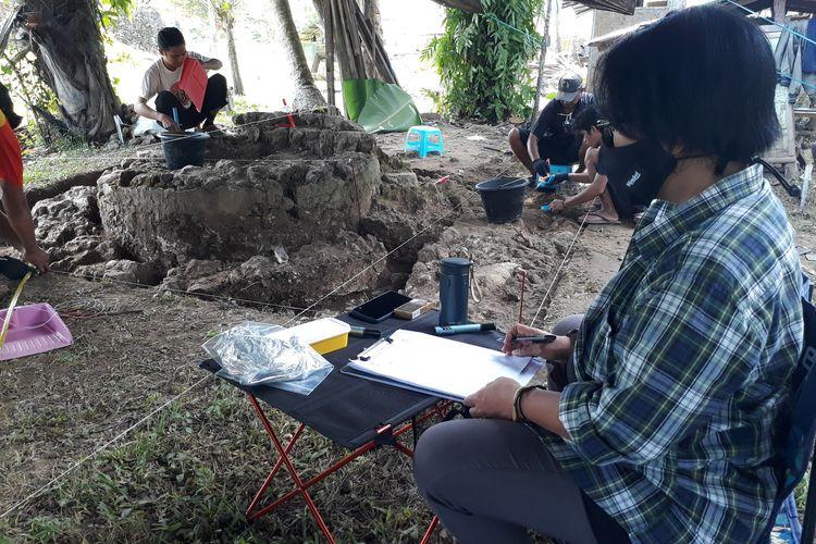 Irna Saptaningrum Ketua tim penelitian Benteng Kota Mas bersama tim tengah melakukan ekskavasi di kawasan reruntuhan benteng, Jumat (25/6/2021). Irna dan tim sudah 3 kali melakukan riset intensif di kawasan ini.