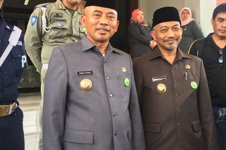 Wali Kota Bekasi, Rahmat Effendi (kiri) dan Wakil Wali Kota Bekasi, Ahmad Syaikhu (kanan) usai melakukan rapat di Gedung DPRD Kota Bekasi, Kamis (8/7/2017).