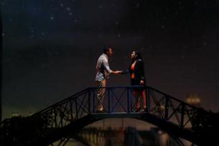 Yanti Airlangga yang berperan sebagai Kasih beradu akting dengan Rio Dewanto yang berperan sebagai Ara dalam drama musikal Prahara Cinta Badai Kasih, di Teater Jakarta, Taman Ismail Marzuki, Jumat (22/11/2013).