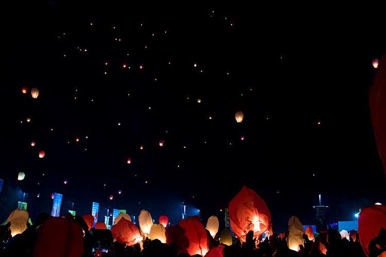 Ratusan lampion terbang di langit malam Dieng Culture Festival 2019 diiringi lagu Tanah Airku.