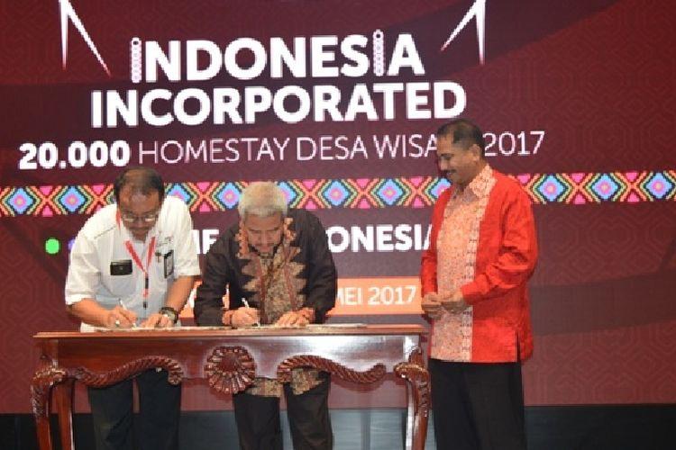 Ketua Umum DPP REI Soelaeman Soemawinata dan Deputi Bidang Pengembangan Destinasi dan Industri Pariwisata Kemenpar, Dadang Rizki Ratman, menandatangani nota kesepahaman disaksikan Menteri Pariwisata Arief Yahya, Kamis (16/5/2017).
