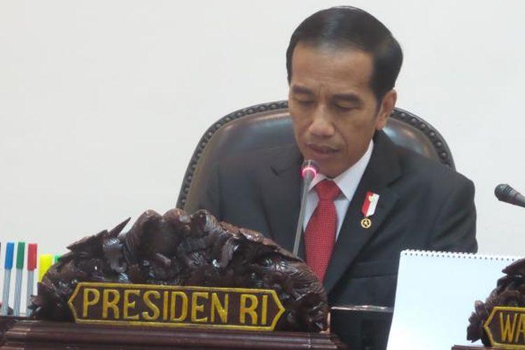 Presiden Joko Widodo saat memimpin rapat terbatas membahas masalah penyelundupan di Kantor Presiden, Jakarta, Rabu (25/1/2017).