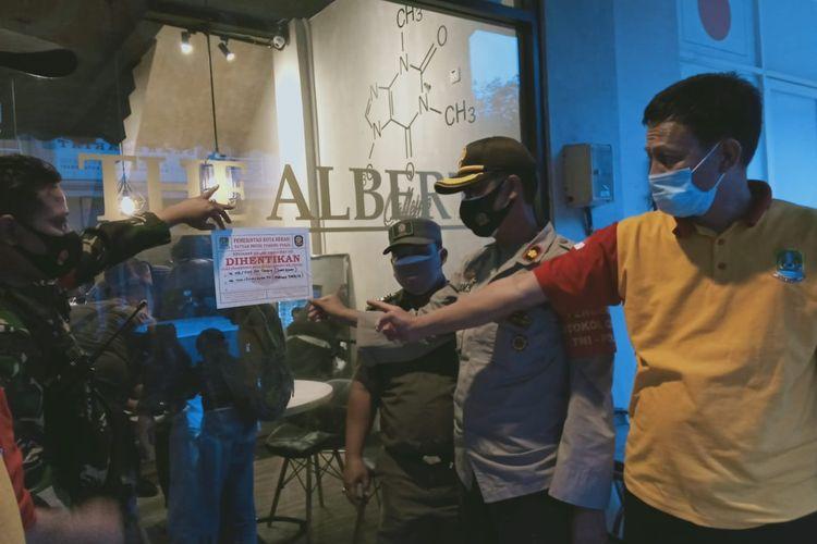 Salah satu kafe di Galaxy, Bekasi Selatan disegel Satpol PP, Senin (12/10/2020).