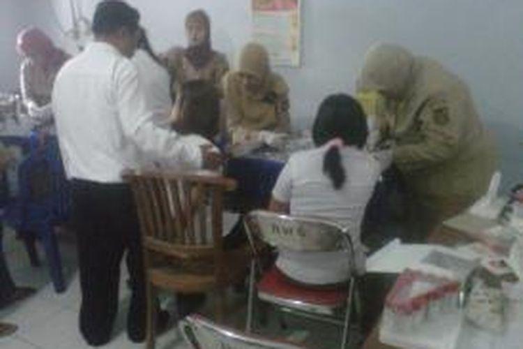 Suasana pengambilan sampel darah yang dilakukan oleh petugas medis di kawasan lokalisasi Semampir, Kota Kediri, Jawa Timur. Selasa (29/10/2013).