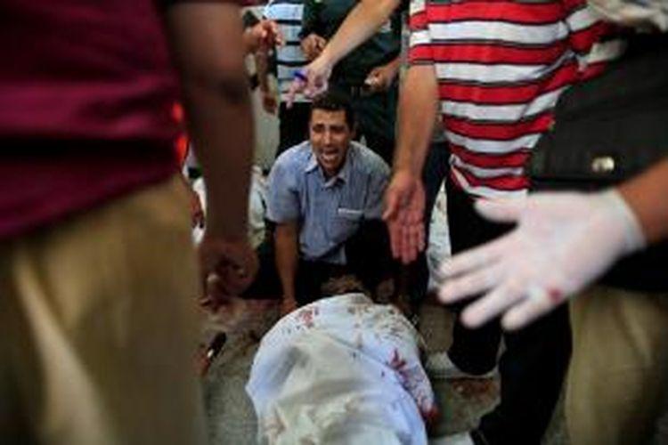 Korban tewas akibat bentrokan antara pengunjuk rasa pro-Mursi dan aparat keamanan di Kairo terus bertambah dan sudah mencapai 72 orang dan ratusan lainnya terluka.