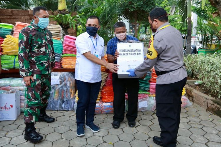 Masker yang telah jadi langsung dibagikan secara gratis ke masyarakat tanpa harus menunggu semua pengerjaan masker rampung.