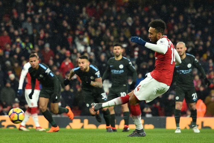 Pierre-Emerick Aubameyang gagal mencetak gol dari titik penalti saat Arsenal kalah dari Manchester City pada pertandingan Premier League di Stadion Emirates, Kamis (1/3/2018).