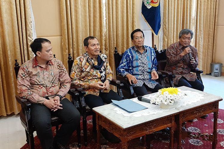 Wakil Ketua KPK Saut Situmorang bersama Gubernur DIY Sri Sultan HB X saat jumpa pers usai penyerahan hibah aset hasil rampasan negara, Rabu (4/9/2019).
