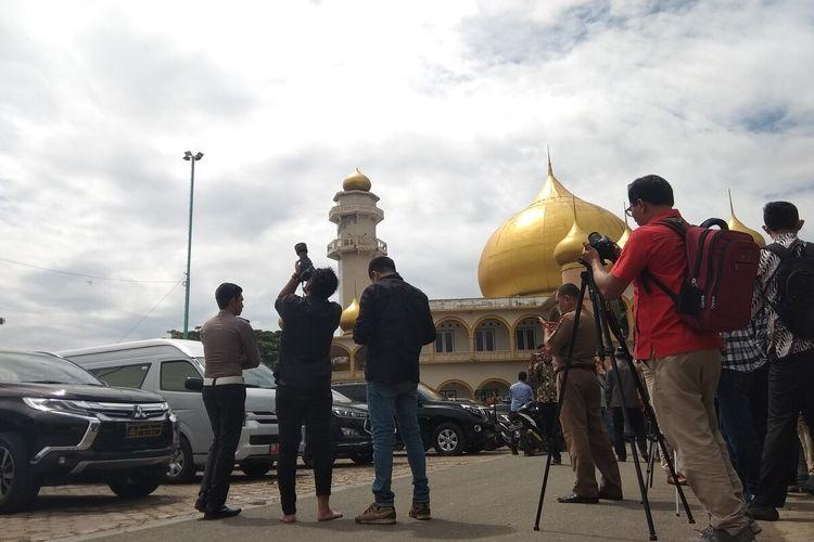 Warga Kota Padang Sidempuan mengabadikan detik-detik fenomena gerhana matahari cincin di halaman Masjid Agung Al Abror Kota Padang Sidempuan, Kamis (26/12/2019). Kota Padang Sidempuan, termasuk salah satu kota yang dilintasi dan dapat melihat langsung fenomena alam langka itu.