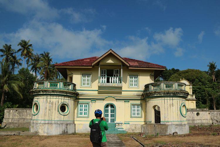 Istana Kantor, salah satu situs bersejarah di Pulau Penyengat yang dulunya merupakan tempat Raja memerintah. Hingga kini, Istana Kantor masih berdiri cukup kokoh walau sudah tidak bisa dimasuki oleh pengunjung umum