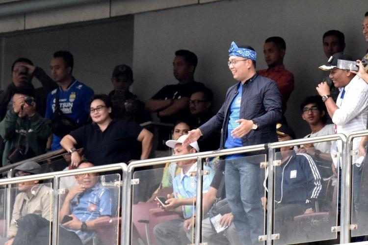 Gubernur Jabar Ridwan Kamil saat menyapa penonton saat pertandingan Persib kontra Arema FC di Stadion Gelora Bandung Lautan Api, Kamis (13/9/2018).