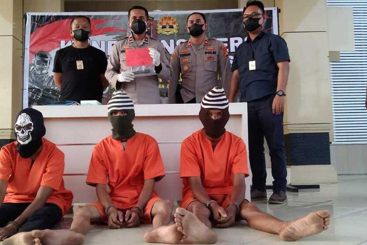 Tiga pelaku pembunuhan seorang wanita di Musi Banyuasin, Sumatera Selatan ditangkap petugas setelah sebelumnya sempat buron. Mereka diketahui membunuh Roani lantaran sakit hati ajakan untuk menikah ditolak, Minggu (11/7/2021).