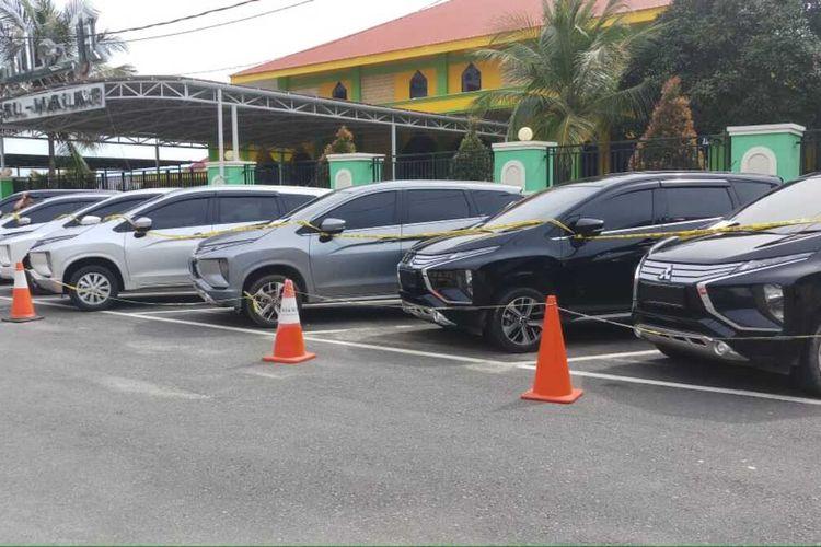 Iptu HA perwira polisi yang bertugas di Polres Bintan yang telah menggelapkan 83 unit mobil ini dalam menjalankan aksinya ternyata juga memalsukan dokumen kendaraan tersebut.
