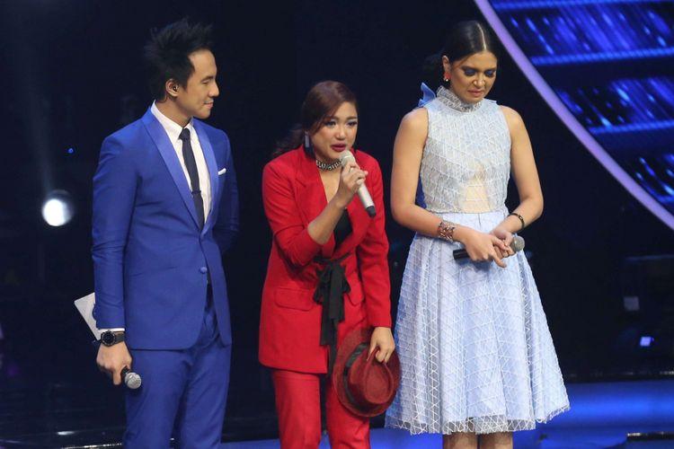 Marion Jola (tengah) memberi ucapan-ucapan terakhirnya pada babak Top 6 Indonesian Idol 2018 di Studio 11, MNC Studios, Kebon Jeruk, Jakarta Barat, Selasa (12/3/2018) dini hari. Marion harus pulang, tidak berhak lanjut ke babak empat besar.