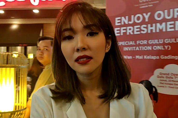 Gisella Anastasia usai menghadiri pembukaan stand produk minuman di Mal Kelapa Gading, Jakarta Utara, Jumat (23/32018) sore.