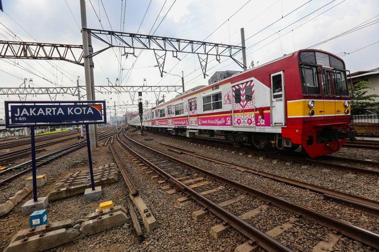 Kereta rel listrik (KRL) memasuki Stasiun Jakarta Kota di Jakarta Barat, Kamis (7/9/2017). Jumlah penumpang yang naik dan turun di Stasiun Jakarta Kota mencapai 90.000 orang pada hari libur.