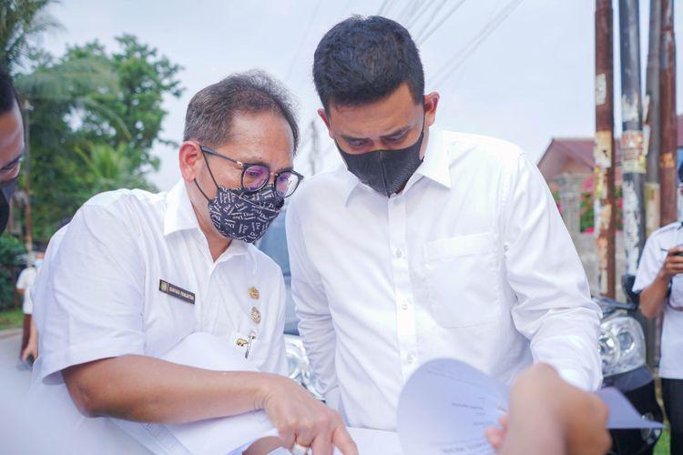Wali Kota (Walkot) Bobby Nasution saat meninjau pelaksanaan tracing dan swab antigen Lingkungan VIII, Kelurahan Gedung Johor, Kecamatan Medan Johor. Swab antigen kali ini diikuti oleh 150 warga.