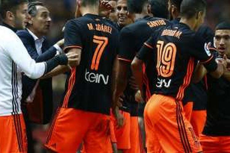 Para pemain Valencia merayakan gol ke gawang Sporting Gijon bersama pelatih Cesare Prandelli pada pertandingan La Liga, Minggu (16/10/2016).