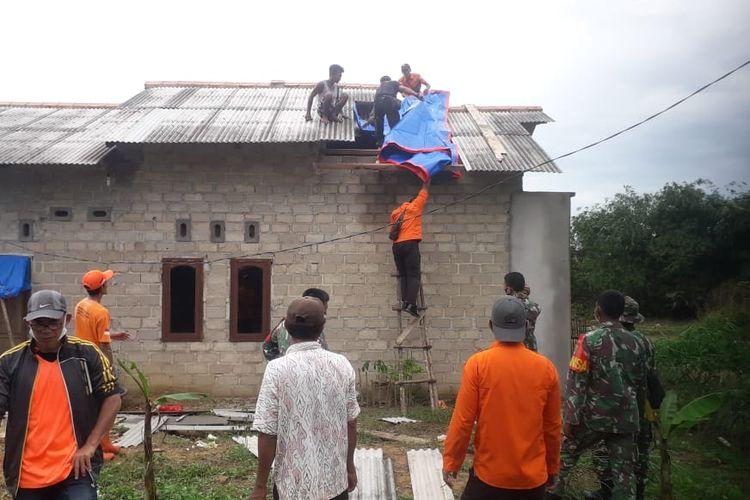 Atap rumah warga yang rusak karena puting beliung dilapisi terpal, Mendo Barat, Bangka, Minggu (1/11/2020).