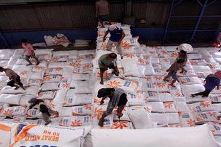 Pekerja menata karung-karung berisi beras impor yang didatangkan dari Vietnam menggunakan kapal My Vuong beberapa waktu lalu.