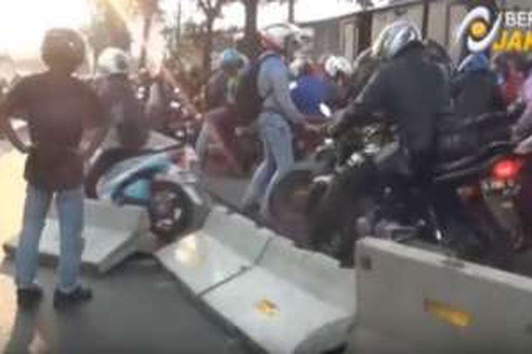 Pengendara sepeda motor hancurkan separator bus Transjakarta