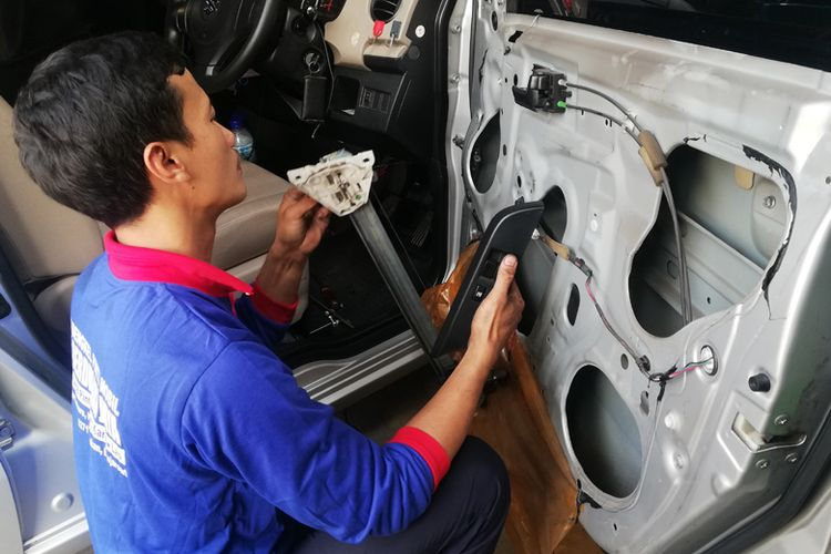 seorang teknisi tengah melakukan perbaikan power window di bengkel Berdikari Jaya di Solo, Jateng.