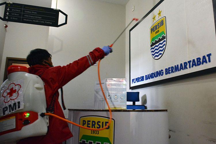 Salah seorang petugas PMI Kota Bandung tengah melakukan penyemprotan cairan desinfektan pada salah satu ruangan di Graha Persib, Kota Bandung, Selasa (24/3/2020).
