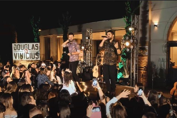 Duo penyanyi Douglas e Vinicius