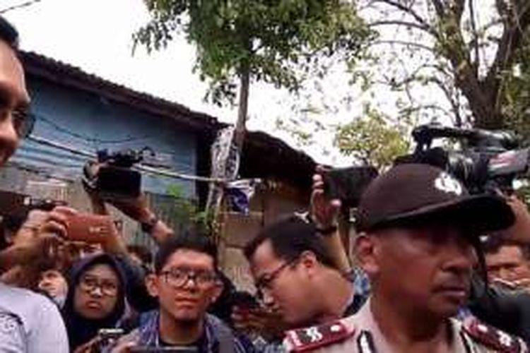 Basuki Tjahaja Purnama atau Ahok saat berhadapan dengan seorang pria yang mengaku bernama Herianudin, yang berusaha menghadangnya, di Jatipadang, Pasar Minggu, Jakarta Selatan, Jumat (30/12/2016).