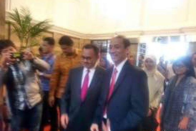 Menteri Energi dan Sumber Daya Mineral (ESDM) terpilih Archandra Tahar (kanan) bersama Sudirman Said, saat serah terima jabatan, Jakarta, Rabu (27/7/2016).